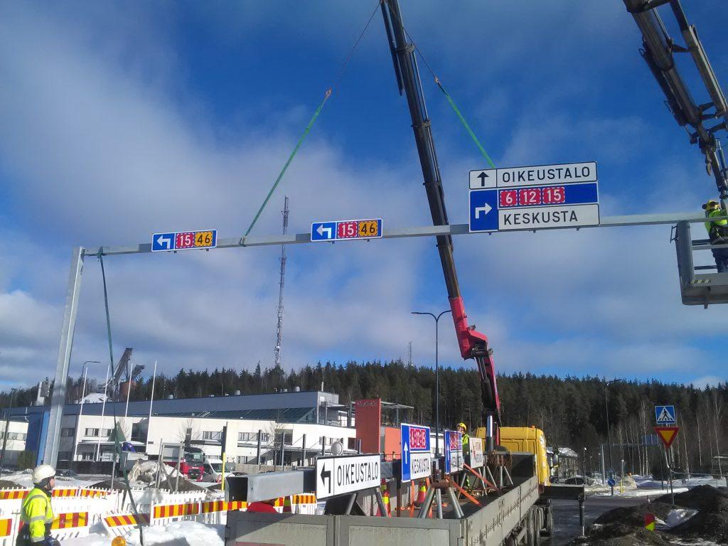 Liikennemerkit Liikennetuotteelta nopeasti asennettuna